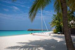 Maldivas, catamarán por la playa fotografía de archivo libre de regalías