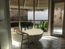 Maldivas - centro turístico de lujo - interior del chalet - cuarto de baño con la tina Fotos de archivo libres de regalías
