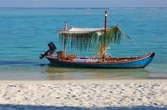 Maldivas - 18 de janeiro de 2013: O barco de motor decorado do casamento com apenas sinal casado estacionou pelo Sandy Beach no p fotos de stock royalty free