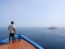 MALDIVAS - 17 DE JULIO DE 2017: Centro turístico isleño de Angaga y personal del ` s del balneario aboarding un barco del centro  Imagen de archivo libre de regalías