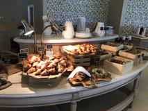 Maldivas - desayuno de lujo con los pescados, los huevos, el café, quesos, pan y carne Fotos de archivo libres de regalías