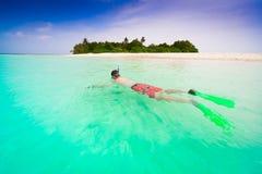 Maldivas, hombre que bucea imagen de archivo libre de regalías