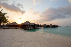 Maldivas sobre puesta del sol/salida del sol de las casas de planta baja del agua Imagenes de archivo