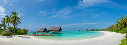 Maldivas varan la opinión del panorama con el océano y el cielo azules cerca de los chalets Fotografía de archivo libre de regalías