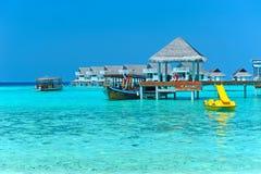 maldive villavatten för bungalower Fotografering för Bildbyråer