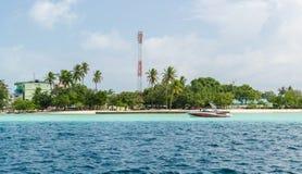 """MALDIVERNA †""""November 17, 2017: liten tropisk Gulhi ö i Indiska oceanen, Maldiverna Royaltyfri Foto"""
