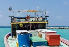 """MALDIVERNA †""""November 17, 2017: Ljus fiskebåt i skeppsdockan, tropisk Gulhi ö, Indiska oceanen, Maldiverna Fotografering för Bildbyråer"""
