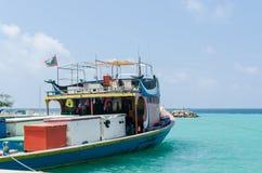 """MALDIVERNA †""""November, 2017: Ljus fiskebåt i skeppsdockan, tropisk Gulhi ö i Indiska oceanen, Maldiverna Royaltyfria Foton"""