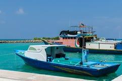 """MALDIVERNA †""""November, 2017: Ljusa fiskebåtar på skeppsdockan, tropisk Gulhi ö i Indiska oceanen, Maldiverna Royaltyfria Foton"""