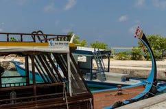 """MALDIVERNA †""""November, 2017: Sceniskt fartyg för att dyka, närbild, tropisk Gulhi ö i Indiska oceanen, Maldiverna Arkivfoton"""