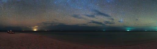 Maldiverna Eriyadu för strand för hav för himmel för stjärnor för nattsiktspanorama ö royaltyfri fotografi