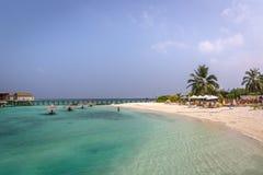 Maldiverna Februari 8th 2018 - turister som tycker om en lugna strand, blått vatten, tropiskt klimat, inga vågor i en dag för blå royaltyfria bilder
