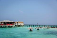 Maldiverna Februari 8th 2018 - turister som tycker om en lugna strand, blått vatten, tropiskt klimat, inga vågor i en dag för blå royaltyfri fotografi