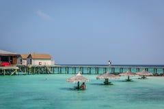 Maldiverna Februari 8th 2018 - turister som tycker om en lugna strand, blått vatten, tropiskt klimat, inga vågor i en dag för blå arkivbilder