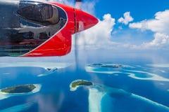 Maldiverna flyg- sikt från en sjöflygplan Öar och atoll i det blåa havet royaltyfri fotografi