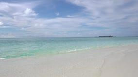 Maldiverna Havvåg på den tropiska stranden Vitt sand- och kristall-blått hav lager videofilmer