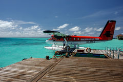 Maldiverna Maj 26, 2010: En Maldivian Air Taxi bevattnar är totalt watien arkivbilder