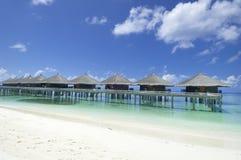 Maldiverna semesterortbungalower   Arkivbild