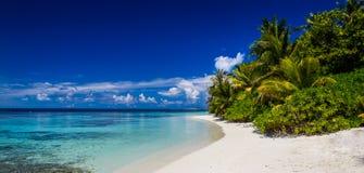 Maldiverna strandpanorama, blå himmel, korallrev Royaltyfri Bild