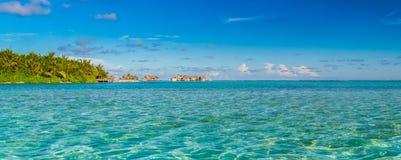 Maldiverna strandpanorama under den blåa himlen Fotografering för Bildbyråer