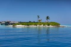 Maldiverna tropisk ö Vattenvillasemesterort Arkivfoto