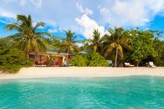 Maldiverna tropiskt paradis, villor vid stranden, blå himmel Royaltyfri Fotografi