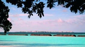maldives Ansicht an der männlichen Stadt von einer nahen Insel stock video