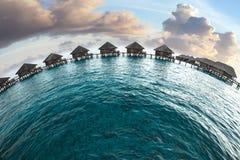 maldives Chambres sur des piles sur l'eau Image libre de droits
