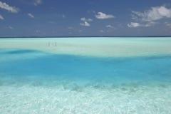Maldives cuelgan de una hamaca en agua Imagen de archivo