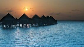 maldives Häuser auf Stapel auf des Wassers Sonnenuntergang zu der Zeit stock video