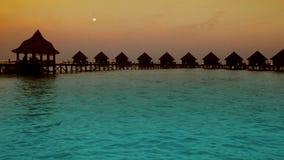 maldives Häuser auf Stapel auf des Wassers Sonnenuntergang zu der Zeit stock footage