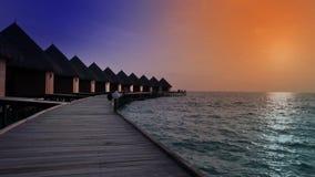 maldives Häuser auf Stapel auf Wasser bei Zeitsonnenuntergang stock video footage