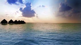 maldives Häuser auf Stapel auf Wasser bei Zeitsonnenuntergang stock footage