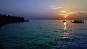 maldives Häuser auf Stapel auf Wasser bei Zeitsonnenuntergang stock video