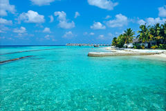 Maldives-Insel mit blauem Meer Stockbilder