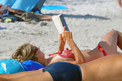 MALDIVES - 20 LIPA 2015 ludzie relaksuje na plażowych kłaść sunbeds i cieszy się gorącego światło słoneczne podczas, czytelnicze  Obrazy Stock