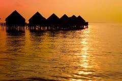 Maldives.Villa em pilhas da água no sunse naquele tempo fotografia de stock royalty free
