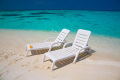 Maldives,  white sunbed and parasol Stock Photography