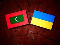 Maldives zaznaczają z kniaź flaga na drzewnym fiszorku odizolowywającym zdjęcie stock