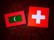 Maldives zaznaczają z szwajcar flaga na drzewnym fiszorku zdjęcia royalty free