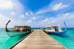 Maldivian dhoni łódź w błękitnym oceanu tle Maldives tradycyjna drewniana łódź nazwany Dhoni Tropikalny morze i drewniana łódź zdjęcie royalty free