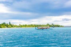 Maldivian dhoni łódź w błękitnym oceanu tle Maldives tradycyjna drewniana łódź nazwany Dhoni Tropikalny morze i drewniana łódź zdjęcia stock
