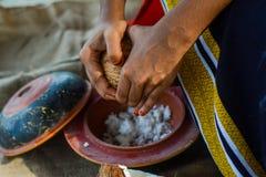 Maldivian dziewczyny kucharstwa naczynie od koks zdjęcie royalty free