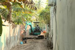 Maldivian mężczyzna na cyklinie - pracownicy na ulicie fotografia stock