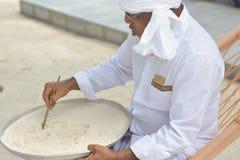 Maldivian muzułmański nauczyciela writing na piasku fotografia royalty free