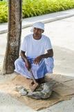 Maldivian muzułmański pracownik budowlany w tradycyjnym krajowym Maldivian łupania odzieżowym koralu kołysa z cioską fotografia stock