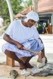 Maldivian muzułmański pracownik budowlany w tradycyjnym krajowym Maldivian odzieżowym niszczącym koralu kołysa z cioską zdjęcie royalty free