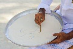 Maldivian nauczyciel na pisowni lekcji rysuje listy fotografia stock