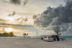 Maldivians die kleine openluchtmarkt sluiten tijdens zonsondergangtijd royalty-vrije stock afbeelding