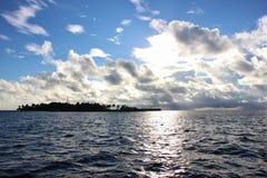 Maldivisk ö från havet Royaltyfri Bild